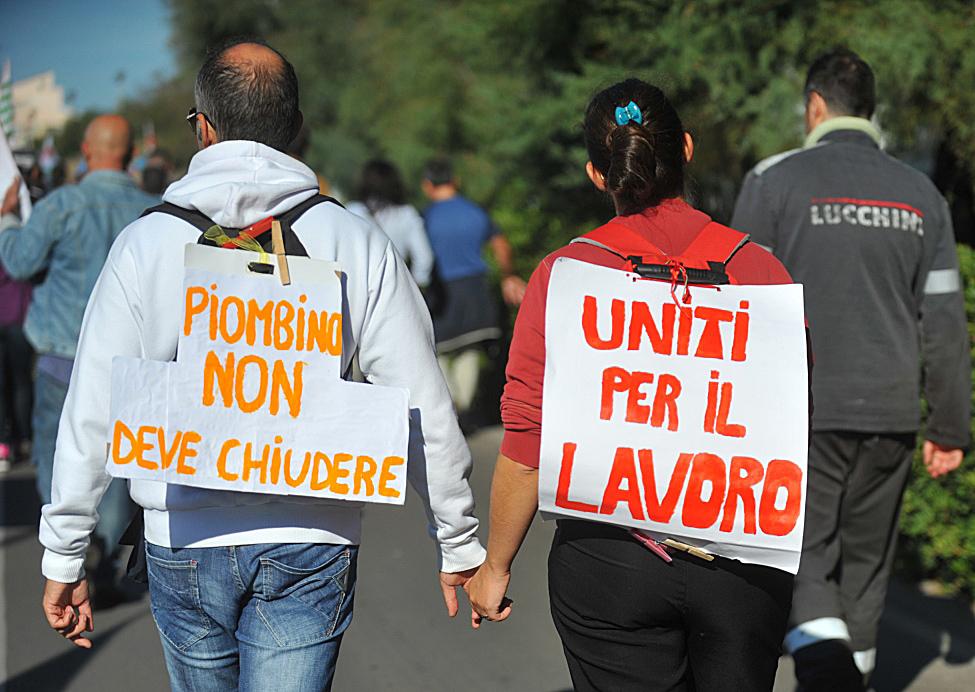 La protesta di una delle duemila famiglie in cig da sei anni