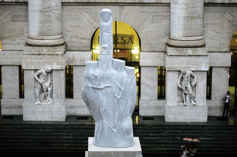 Love, la scultura di Maurizio Cattelan davanti a palazzo Mezzanotte in piazza degli Affari a Milano