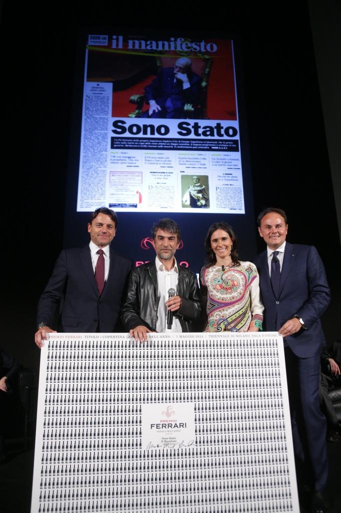Da sinistra, Alessio Vinci, il caporedattore del manifesto Marco Boccitto che ha ritirato il premio assegnato al giornale, Camilla e Matteo Lunelli