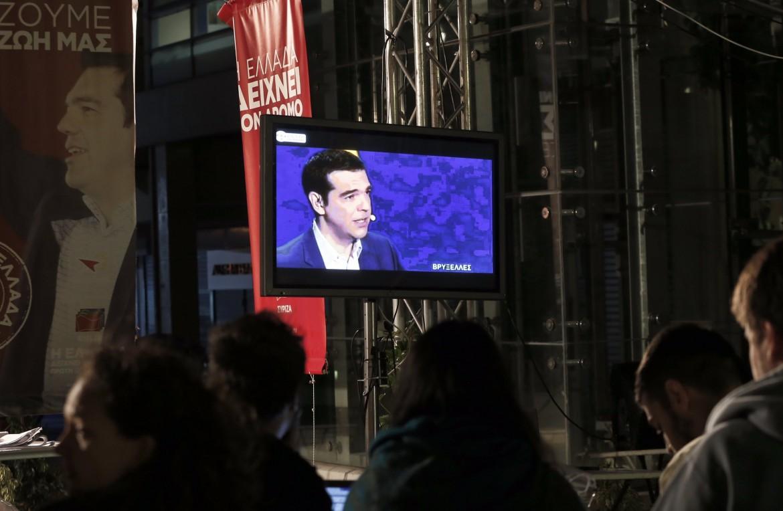 Sostenitori di Tsipras guardano l'eurodibattito ad Atene