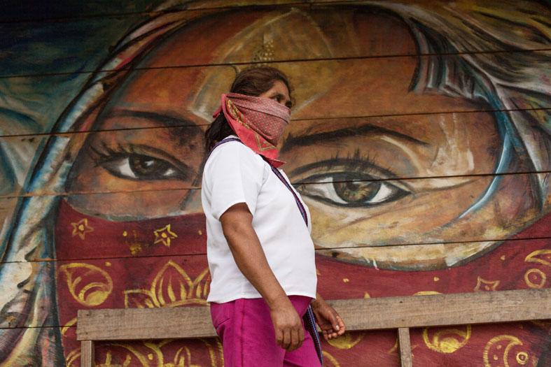 Zapatista con murale