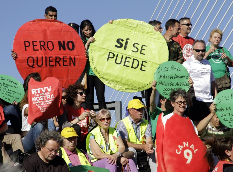 Valencia, protesta davanti alla sede del Partido popular, in basso Willy Meyer