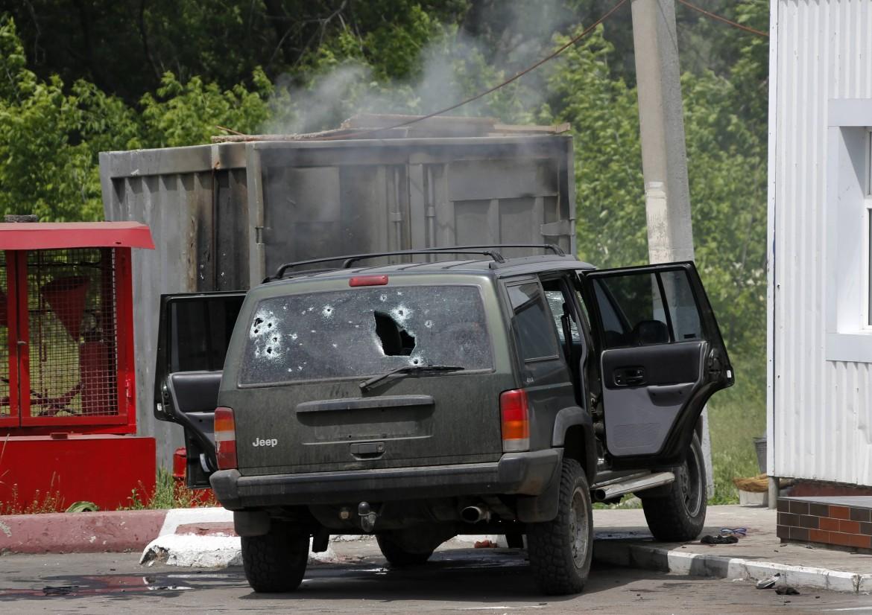 Un veicolo delle milizie filorusse colpito da un mortaio