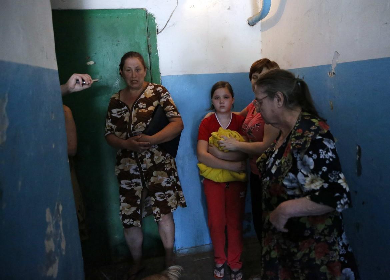 Famiglia di Donetsk cerca rifugio durante i bombardamenti