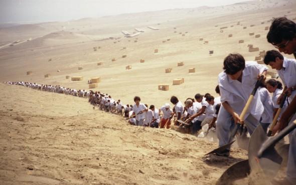 Francis Alÿs, «When Faith Moves Mountains», 2002