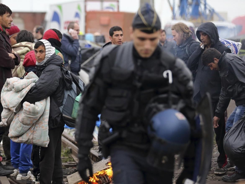 Calais, lo sgombero dei campi di migranti