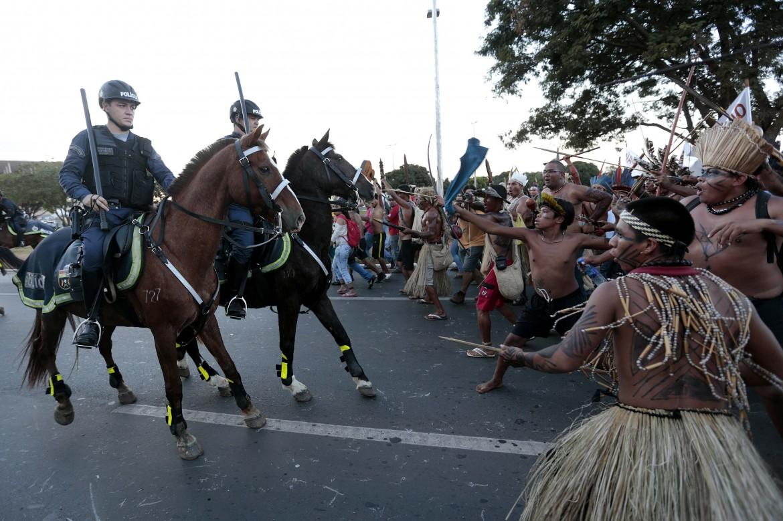 Indigeni contro polizia