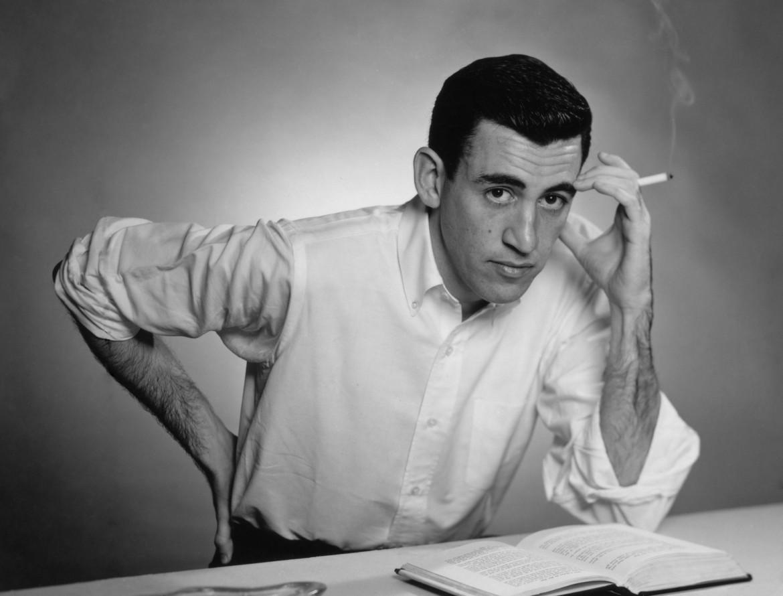 Salinger a Brooklyn nel 1952, fotografato davanti al suo romanzo