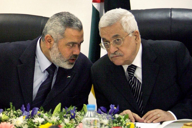 Il premier di Hamas Ismail Haniyeh e il presidente Abu Mazen in una foto di qualche anno fa