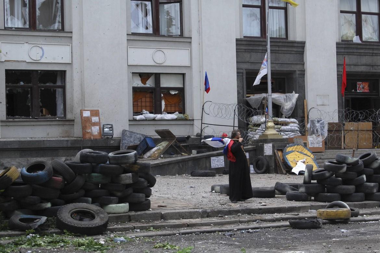 Palazzo attaccato da raid aerei a Lugansk