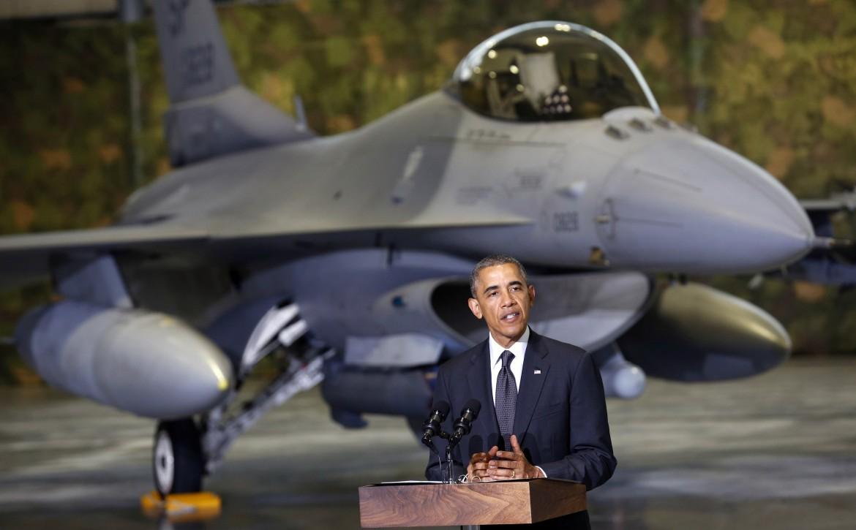 Obama a Varsavia, dietro un F16