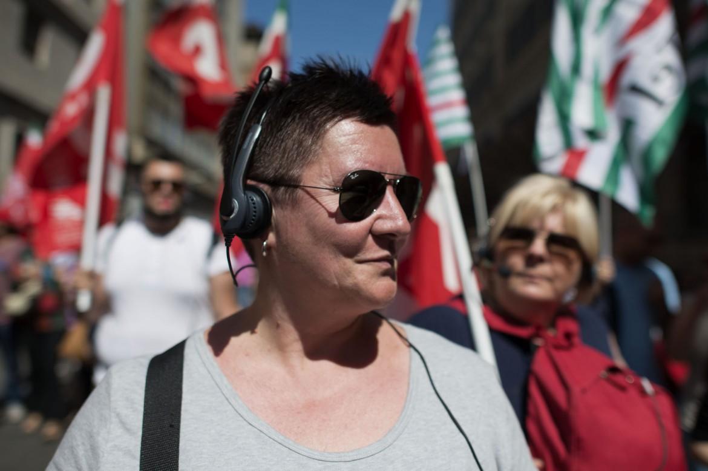 Una lavoratrice dei call center in piazza ieri a Roma per lo sciopero nazionale del settore