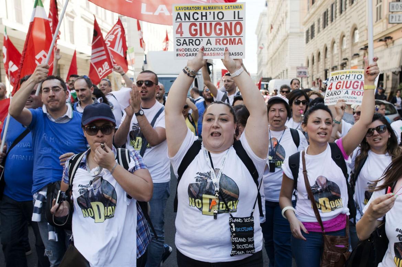 I lavoratori dei call center ieri in piazza a Roma