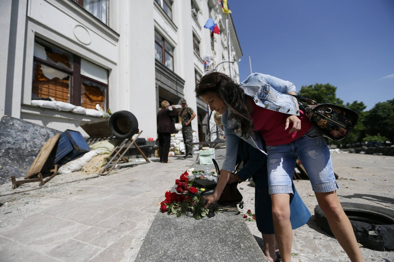 Fiori al palazzo di Lugansk attaccato dai raid aerei di Kiev