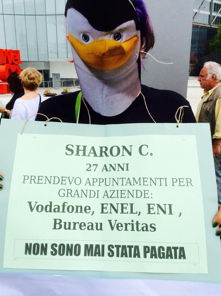 Sharon C. ieri davanti alla sede della Vodafone di Lorenteggio (Milano): è travestita da pinguino, testimonial della compagnia telefonica