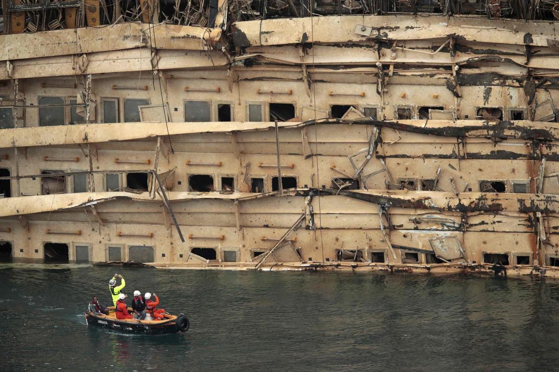 La Costa Concordia dopo il risollevamento
