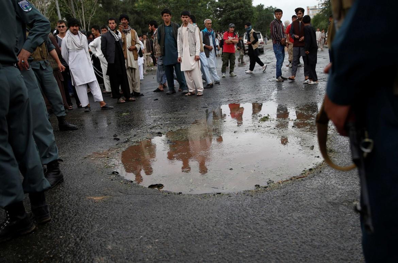 Il luogo della doppia esplosione a Kabul