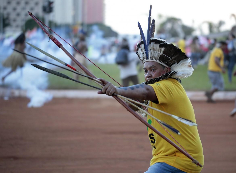 Brasilia, durante  le proteste anti-Mundial  e anti-governo  delle comunità indios