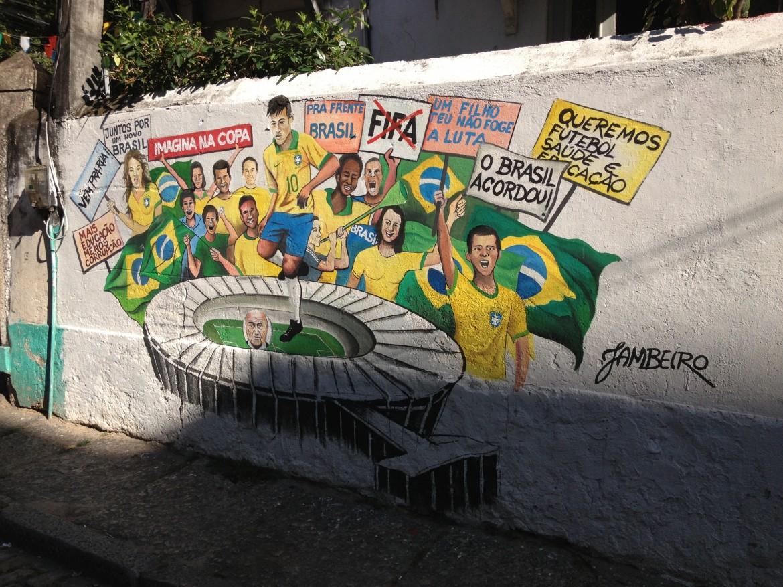 Un murales di Jambeiro in cui Neymar prende a calci la testa di Blatter