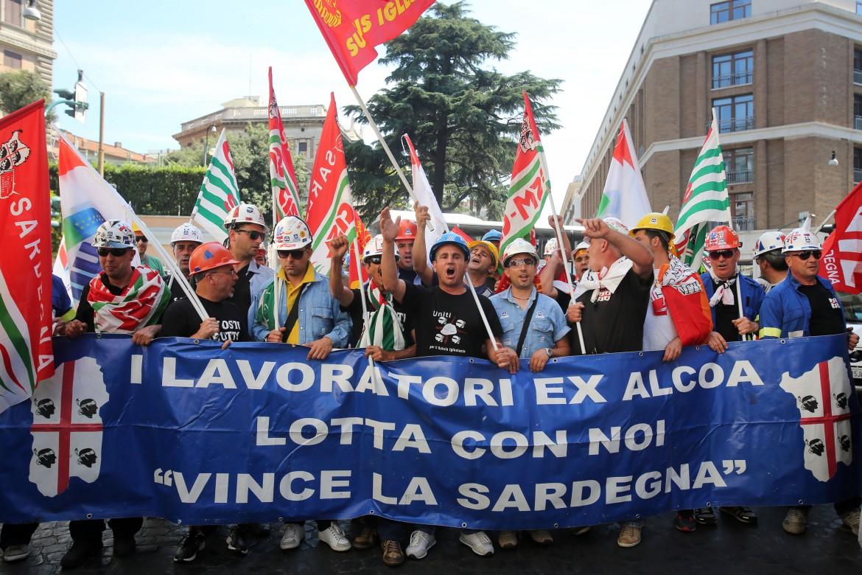 Una manifestazione dei lavoratori Alcoa di Portovesme