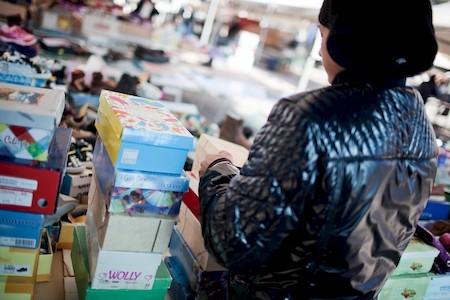 Napoli, 15/02/2012. Minori al lavoro nel mercato di Soccavo