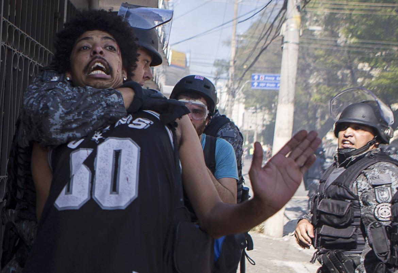 Un manifestante fermato dai «ninja», giovedì a São Paulo