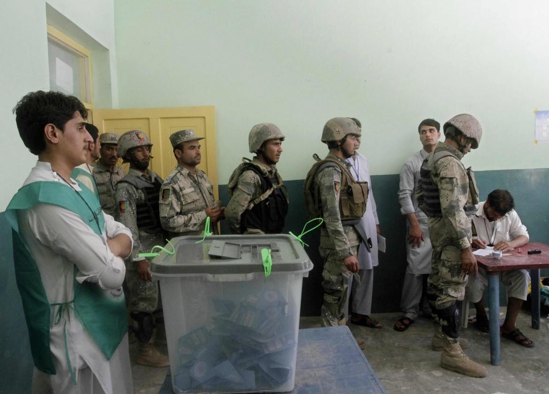 Soldati presidiano i seggi a Jalalabad