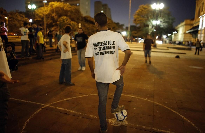 I collettivi autonomi dei lavoratori sociali a San Paolo giocano la coppa homeless folk. Sotto la presidente Dilma Rousseff
