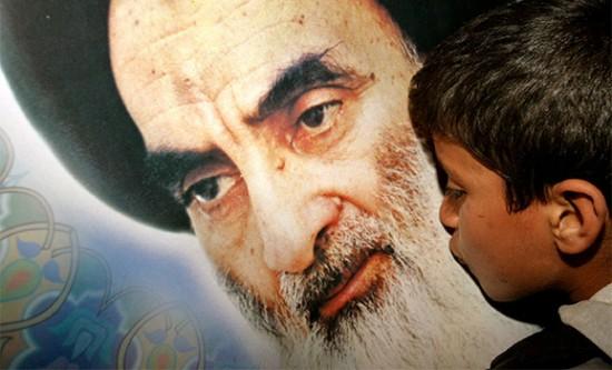 Un bambino bacia una immagine dell'ayatollah Ali al Sistani