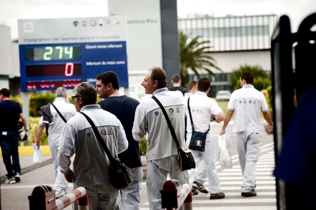 Operai davanti ai cancelli della Fiat di Pomigliano