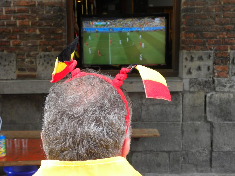 Mons, un tifoso del Belgio e dell'Italia davanti al mondiale