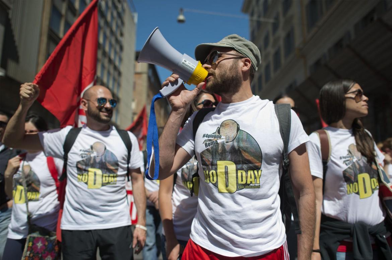 I lavoratori dei call center in piazza a Roma, lo scorso 4 giugno