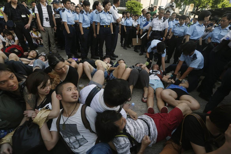 manifestanti ad Hong Kong