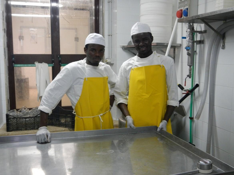 Suleman e Youssouf nel caseificio del Casale di Martignano mentre preparano lo yogurt Barikamà