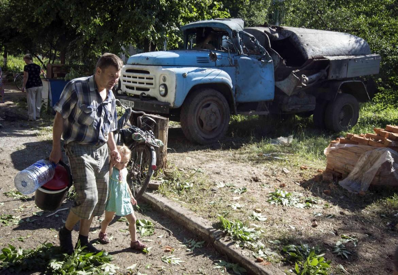 Padre e figlia in cerca di acqua a Slaviansk