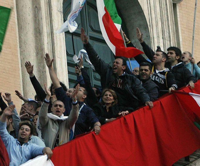 Fascisti in Campidoglio dopo la vittoria di Gianni Alemanno