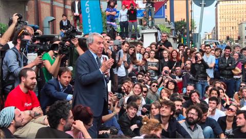 Il sindaco Giuliano Pisapia in un'assemblea