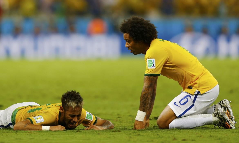 Neymar a terra dopo l'infortunio, con Marcelo
