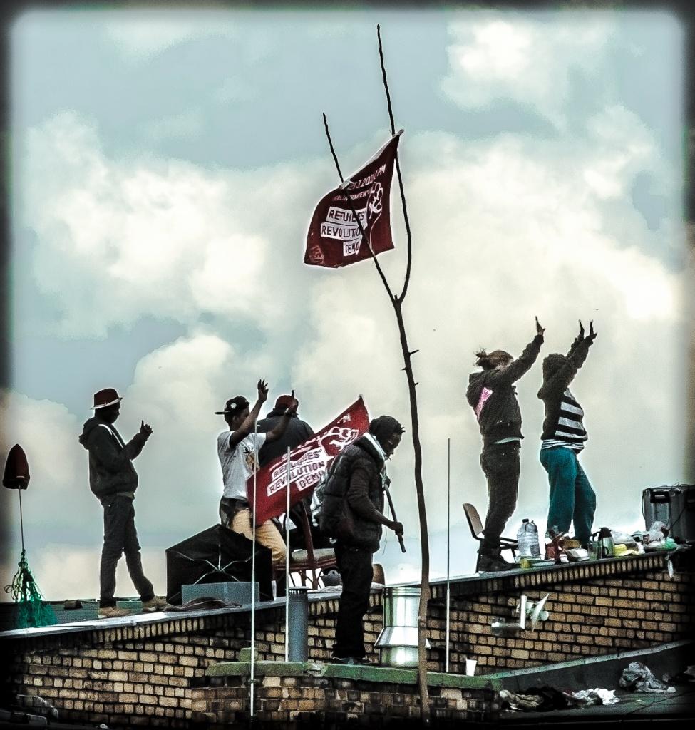 Berlino, la protesta sul tetto della scuola occupata