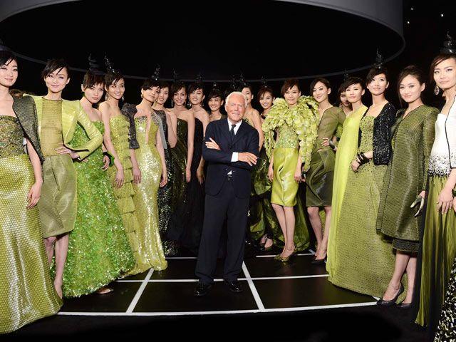 Giorgio Armani con le modelle cinesi dopo la sua sfilata a Pechino nel giugno 2012