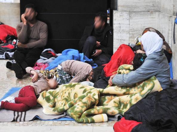 Profughi siriani accampati alla stazione Centrale di Milano
