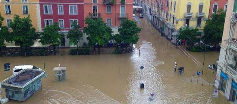 Piazza Minniti nel quartiere Isola completamente sommersa dal Seveso a un passo dal centro di Milano