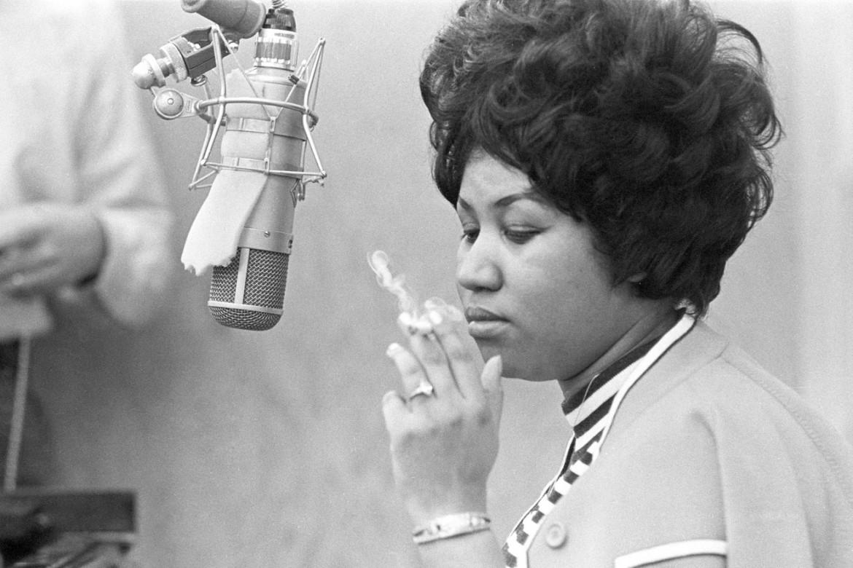 Aretha Franklin e sotto Etta James in una session di registrazione agli studi Muscle Shoals