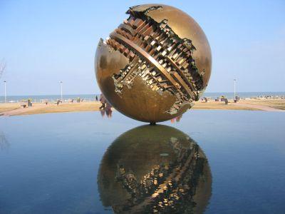 Una scultura di Giò Pomodoro