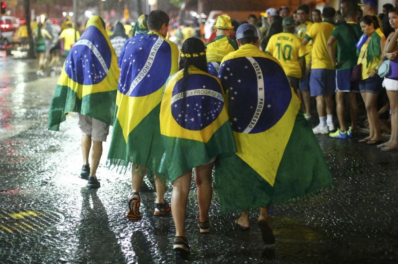 Tifosi brasiliani tornano a casa dopo la disfatta della semifinale contro la Germania