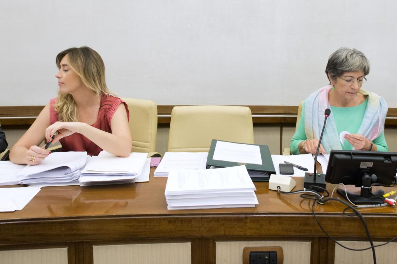 Boschi, ministra delle riforme, con Finocchiaro, presidente della Commissione