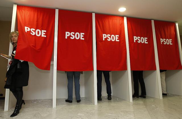Un'immagine dal 38mo Congresso Psoe a Siviglia, in basso il leader uscente Alfredo Pérez Rubalcaba