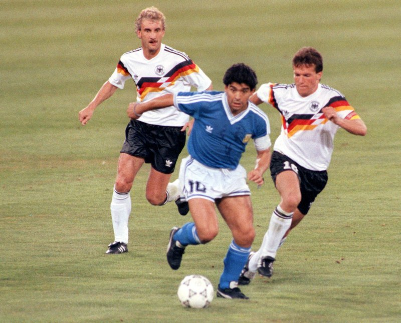 Maradona contrastato dai tedeschi Matthäus e Völler durante la finale mondiale del 1990
