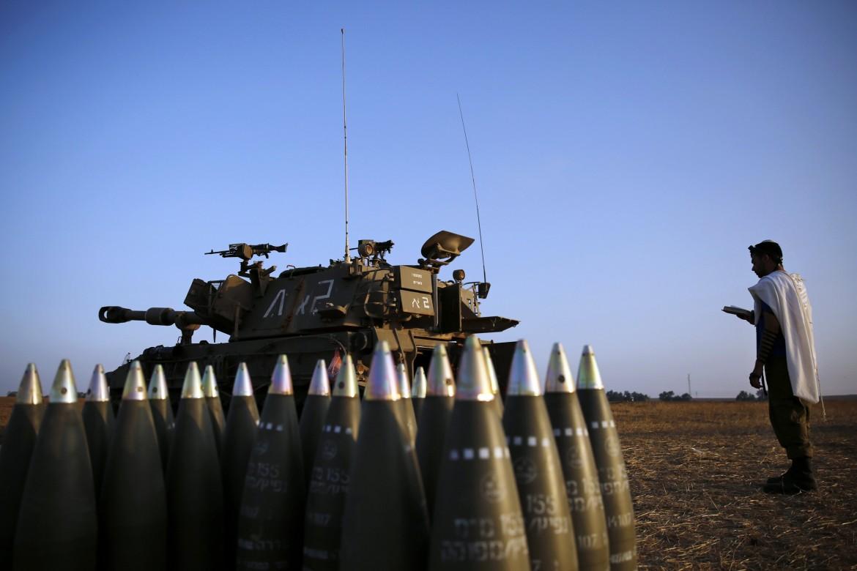 Preghiera con missili e tank. Un soldato israeliano al confine tra Israele e la Striscia di Gaza