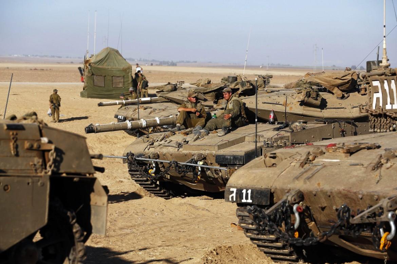 I tank israeliani pronti a entrare nella Striscia
